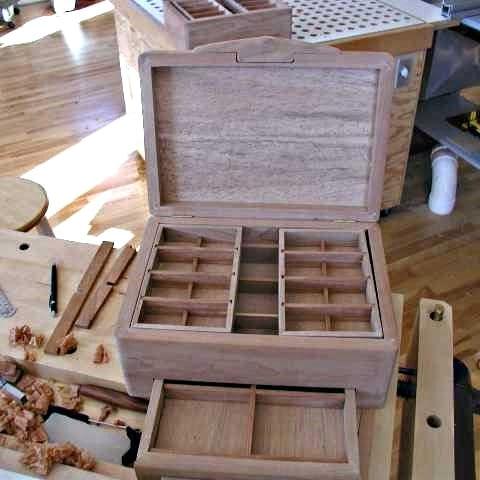 Boîte ouverte avec vue des compartiments (vue large)