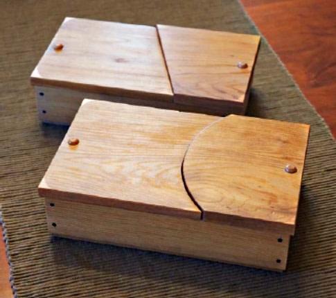 Photo présentant 2 boîtes à bijoux aux couvercles pivotant achevées