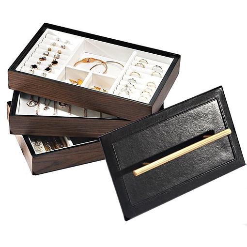 La boîte est complétement ouverte, montrant les trois compartiments