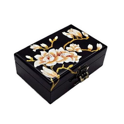 Vue de 3/4 du dessus de la boîte représentant les fleurs blanches d'un prunier