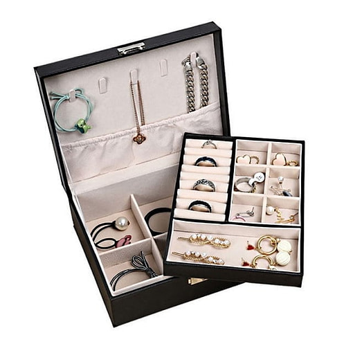 Vue de 3/4 de la boîte à bijoux aspect cuir (ouverte avec bijoux et plateau supérieur dégagé)