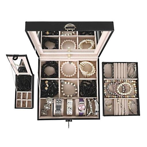 Tous les éléments de la boîte simili cuir sont présentés à plat...