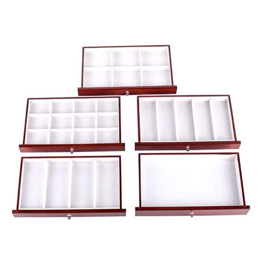 Vue de dessus des tiroirs (vides) de la boîte à bijoux ancienne