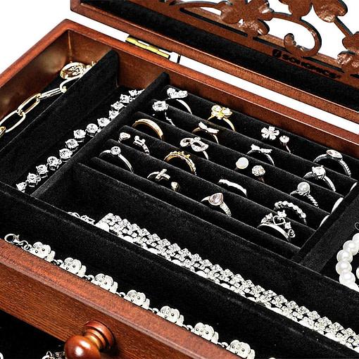 Vue du plateau supérieur porte-bagues de la boîte à bijoux en bois 2 tiroirs et fleurs