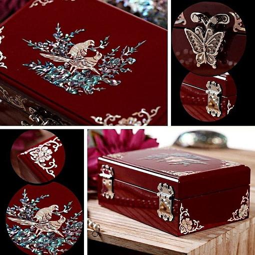 Collage de 4 photos présentant des détails de la boîte à bijoux originale laquée rouge (couvercle, charnières et poignée)