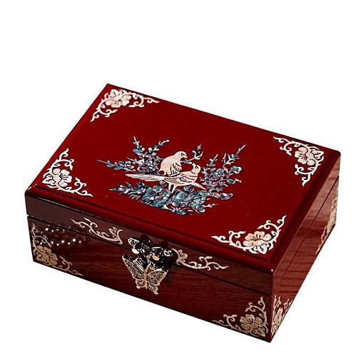 Vue de 3/4 de la boîte à bijoux originale laquée rouge