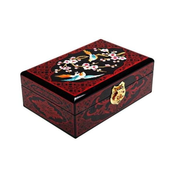 Vue de 3/4 du dessus de la boîte représentant 2 oiseaux dans un cerisier en fleurs