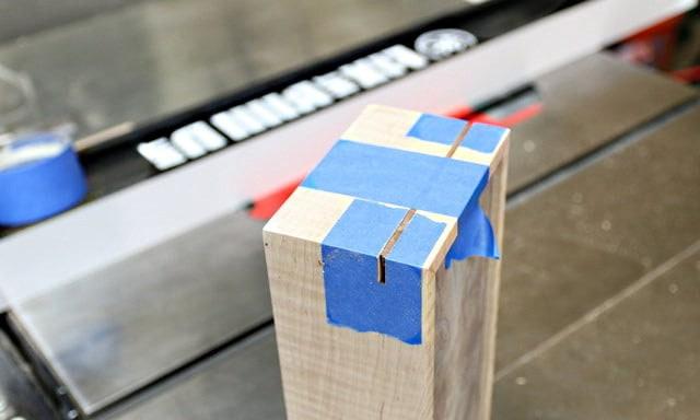 Les petits côtés sont scotchés pour bloquer le tout lors de la réalisation des entailles