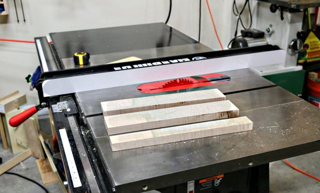 Les planches qui deviendront les côtés de la boîte sont montrées avant sciage