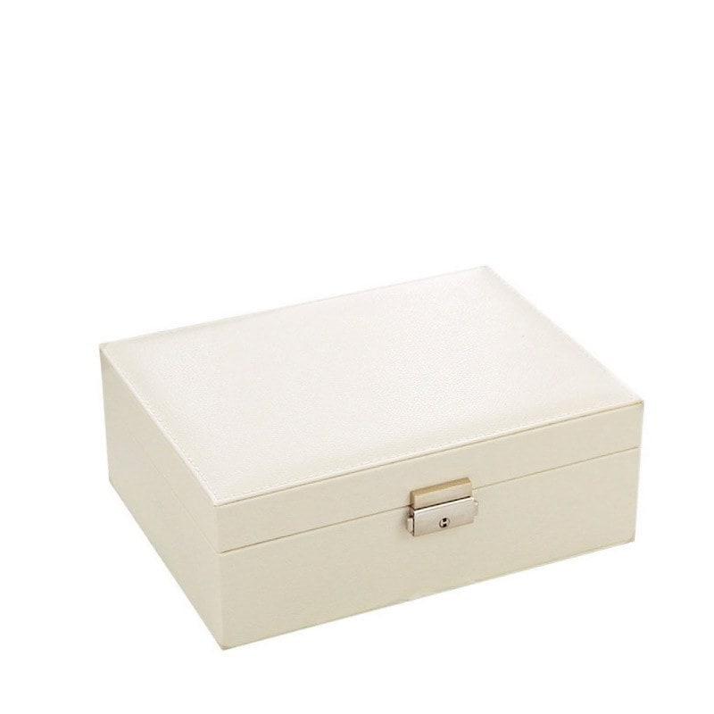 Vue de 3/4 de la boîte à bijoux aspect cuir blanc (fermée)