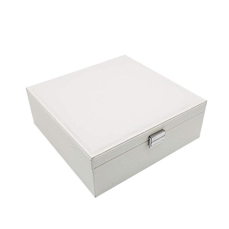 Vue de 3/4 de la boîte à bijoux en cuir blanc carrée (fermée)