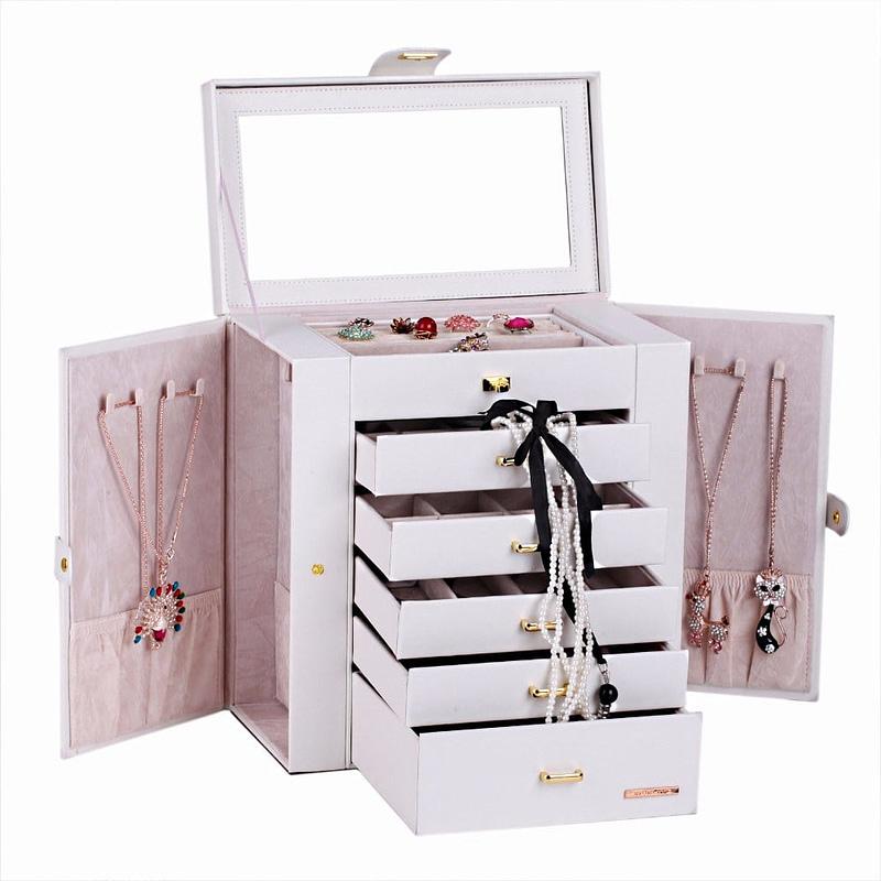 Vue de 3/4 de la boîte à bijoux en cuir blanc tiroirs et portes (ouverte, avec bijoux)