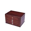 Vue de 3/4 de la grande boîte à bijoux en bois naturel (fermée)