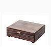 Vue de 3/4 de la boîte à bijoux en bois de noyer (fermée)
