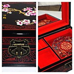 Collage de 2 photos de la boîte détaillant le verrou et l'intérieur