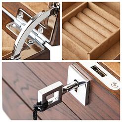 Collage de 2 photos détaillant la serrure et la charnière de la boîte en bois à 2 tiroirs
