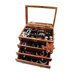 Vue de 3/4 de la boîte à bijoux en bois brut (compartiments ouverts & remplis de bijoux)
