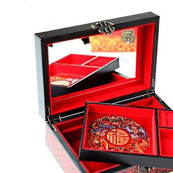 Boîte à bijoux originale 'fleurs de nénuphar' présentée ouverte, avec plateau supérieur déposé