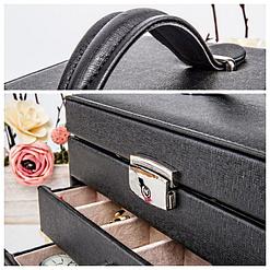 Collage de 2 photos présentant des détails de la boîte à bijoux en cuir à 3 tiroirs (poignée et fermeture)