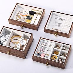 Vue des 4 compartiments de la boîte à bijoux en bois à tiroir vertical (posés à plat)