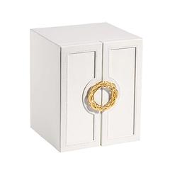 Vue de 3/4 de la boîte à bijoux avec portes cuir blanc (fermée)