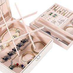 Zoom sur les compartiments de la boîte à bijoux en cuir blanc moderne