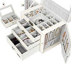 Vue de 3/4 de la boîte à bijoux en cuir blanc avec écrin (ouverte et remplie de bijoux)