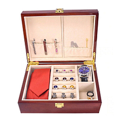 Vue de face de la boîte à bijoux en bois classique (ouverte avec bijoux)