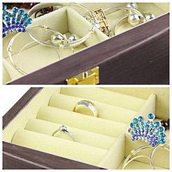 Superposition de 2 photos montrant les compartiments de la boîte à bijoux en bois élégante