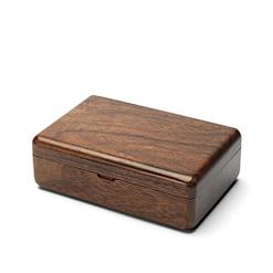 Vue de 3/4 de la boîte à bijoux en bois de voyage (fermée)
