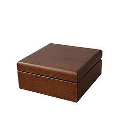 Petite boîte à bijoux en bois carrée (fermée)