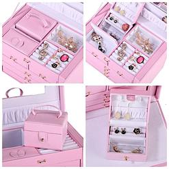 Collage de 4 photos présentant le plateau supérieur et l'écrin additionnel de la grande boîte à bijoux en cuir rose à compartiments