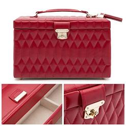 Collage de 3 photos présentant les détails de la grande boîte à bijoux en cuir rouge matelassée