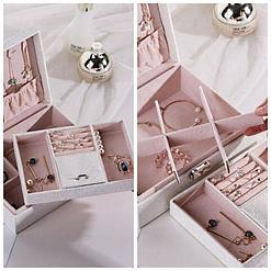 Collage de 2 photos présentant les compartiments de la boîte à bijoux en cuir blanc à double fond