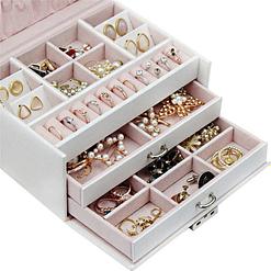 Zoom sur les tiroirs de la boîte à bijoux en cuir blanc à double tiroir (ouverts, avec bijoux)