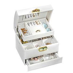 Vue de 3/4 de la boîte à bijoux en cuir blanc de voyage (ouverte avec bijoux)