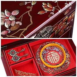 Vue de détail de la boîte à bijoux originale rouge 'arbre en fleurs' (couvercle et compartiment)