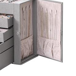 Zoom sur l'une des portes latérales de la grande boîte à bijoux en cuir à 4 tiroirs gris (ouverte, avec colliers accrochés)