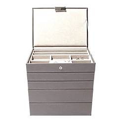 Vue de face de la grande boîte à bijoux en cuir gris à 5 compartiments (face)