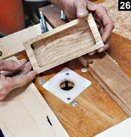 Le double fond de la boîte à bijoux en bois rectangulaire est présenté une fois fraisé