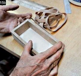 Les parois de la boîte à bijoux en bois rectangulaire sont maintenues par un élastique