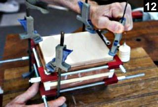 utilisation d'un bloc de pression lors de l'encollage de la boîte à bijoux en bois plaqué