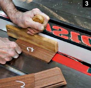 les rainures de la boîte à bijoux en bois plaqué sont faites sur la table à scier