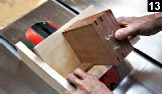 utilisation du guide d'onglets pour la coupe des fentes d'inserts de la boîte à bijoux en bois plaqué