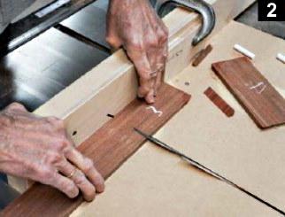 le guide de coupe en onglet est utilisé pour la réalisation des parois de la boîte à bijoux en bois plaqué
