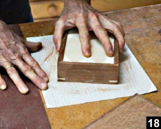 ponçage du corps de la boîte à bijoux en bois plaqué sur du papier de verre