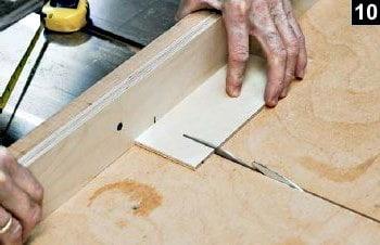 Découpe du fond de la boîte rectangulaire sur la table à scier