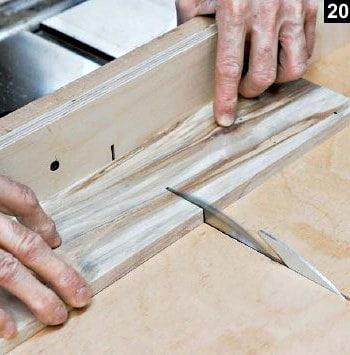 Le couvercle de boîte à bijoux en bois rectangulaire est scié sur table