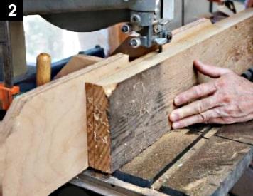 Découpe à la scie à ruban des planches de la boîte à bijoux à couvercle pivotant