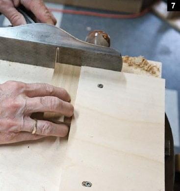 Les planches de la boîte à bijoux à couvercle pivotant sont dressées sur la planche à recaler
